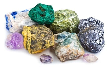 Asbest is een verzamelnaam voor mineralen met een vezelstructuur. Asbest komt gewoon in de natuur voor en wordt wereldwijd gewonnen in mijnen.