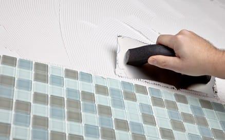 Precisie bij het werken is van groot belang bij het zetten van tegels: de uitstraling van een toilet, badkamer of keuken hangt er van af. Tegelzetter.