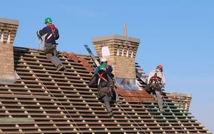 Veiligheidsmaatregelen tijdens aanbrengen nieuwe dakpannen zijn noodzakelijk. Dakdekker Dakpannen