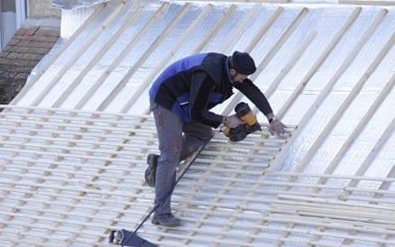 Voorbereidend werk: aanbrengen dakregels ten behoeve van dakpannen.