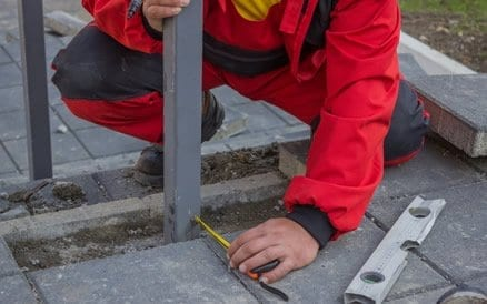 Plaatsen van een hekwerk is een secuur werk, zeker indien het om grote lengtes gaat.