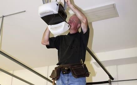 Installeren en controleren elektrische bediening van een garagedeur.