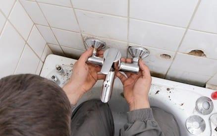 Uitrekenen en aanleggen van leidingwerk en na het tegelen het aansluiten van kranen, douchekoppen etc. behoren tot het werk van de sanitaire loodgieter of installateur.