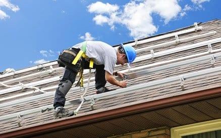 Het monteren van zonnepanelen is een secuur werk waarbij de perfecte positionering ten opzichte van de zon belangrijk is.
