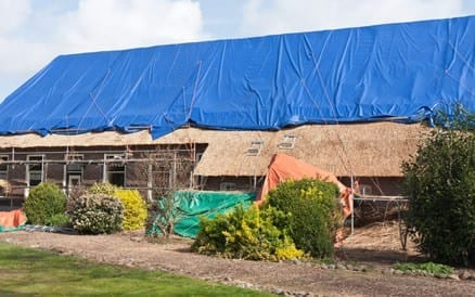 Aanbrengen van een rieten dak. Dakdekker rieten dak