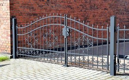 Een combinatie van sierhekwerk met poort kan tot prachtige resultaten leiden.