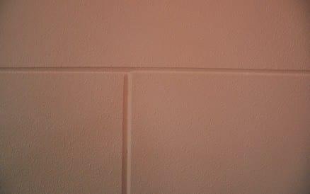 Veel kleur en korrelgroote mogelijkheden geven een mooi resultaat, zelfs op kalkstenen bedrijfsmuren.