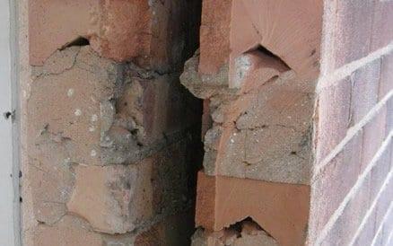 Ruimte tussen binnen- en buitenmuur wordt spouw genoemd en werd tot circa 1985 nooit geïsoleerd.