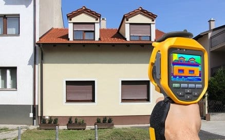Meeste verlies van energie in een woning gaat via niet geïsoleerd dak en gevel aangezien dat de grootste oppervlaktes zijn.